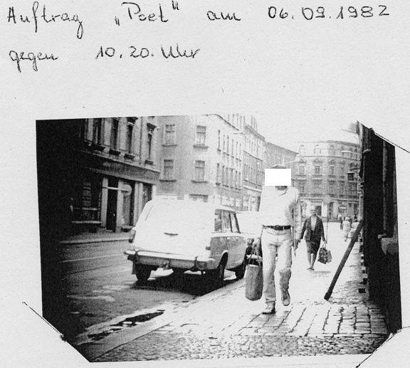 """Text auf der Rückseite des Fotos (Quelle: Meine Stasi-Akte): Ort: 7035 Leipzig Georg-Schwarz-Straße. Erklärung """"Poet"""" nach Anlauf mehrerer Geschäfte"""